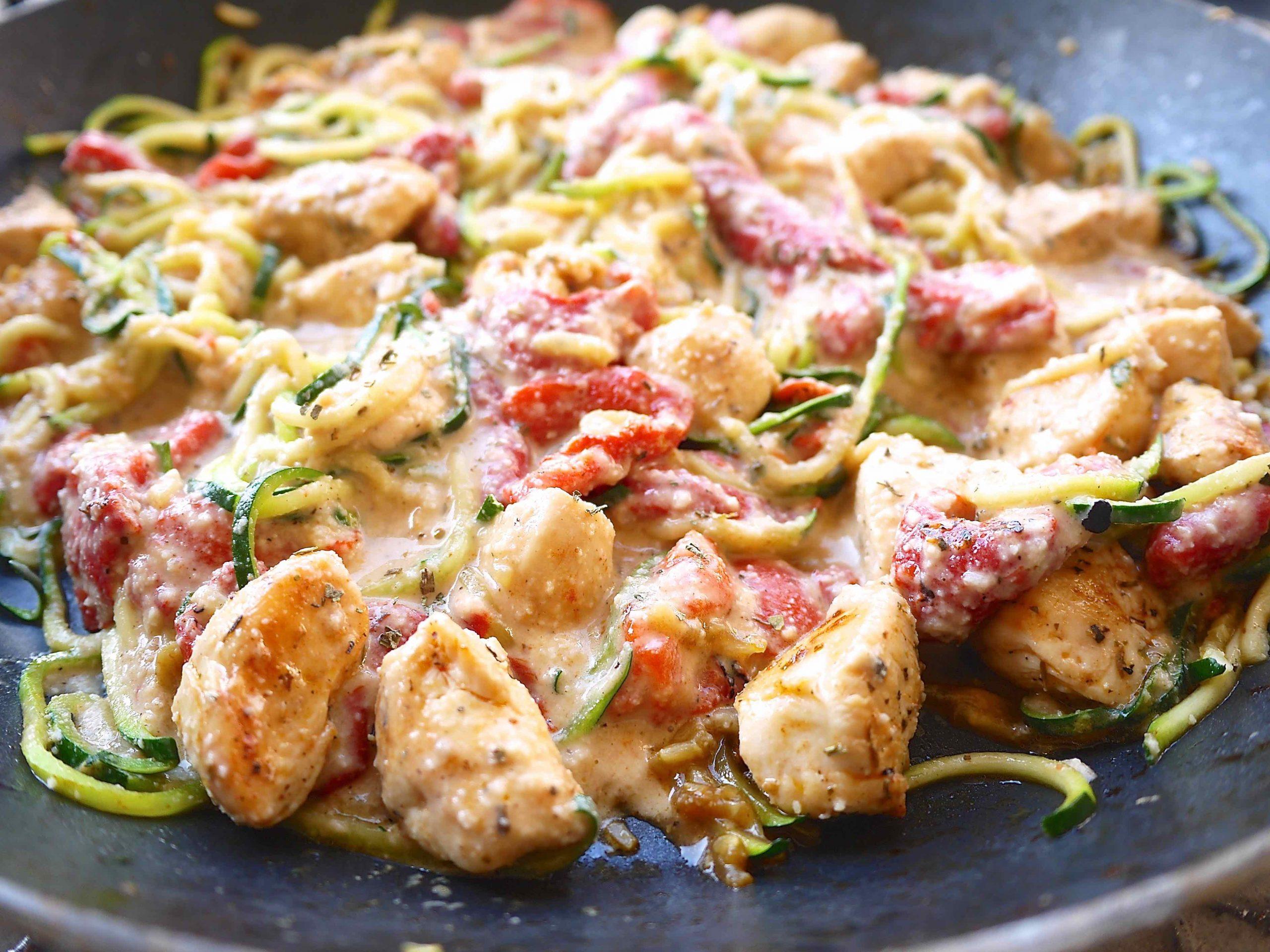 Uživajte: Piletina s pečenim paprikama