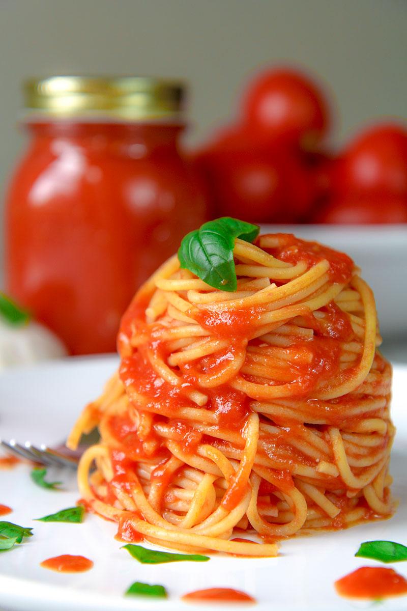 Ukusna tjestenina s crvenim sosom