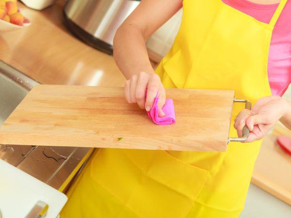 Višestruke koristi soli: Očistite dasku za sječenje
