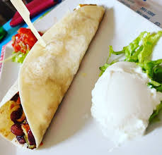 Idealan ručak burrito sa piletinom, sirom i crvenim grahom